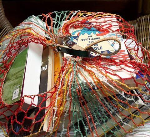 Einkaufsnetz mit Büchern
